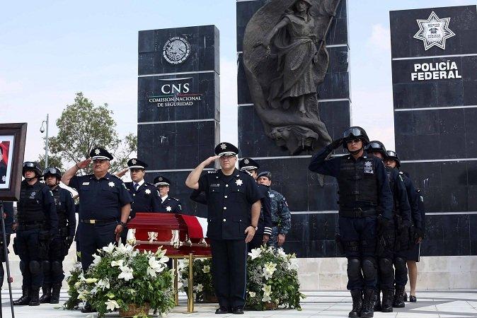 ¡Rinden homenaje a policía federal muerto en enfrentamiento en Michoacán!