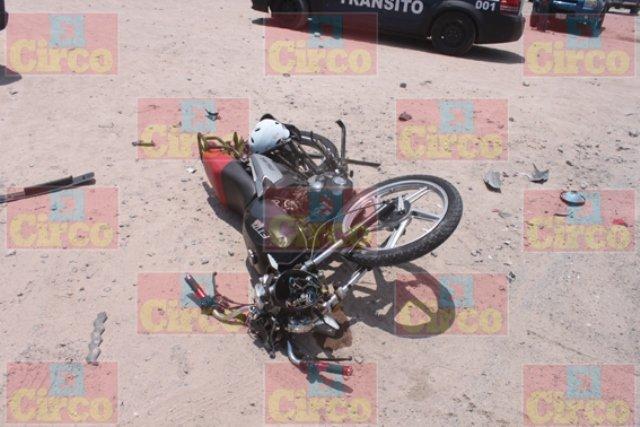 ¡FOTOGALERÍA/ Agoniza motociclista que chocó contra una camioneta en Lagos de Moreno!