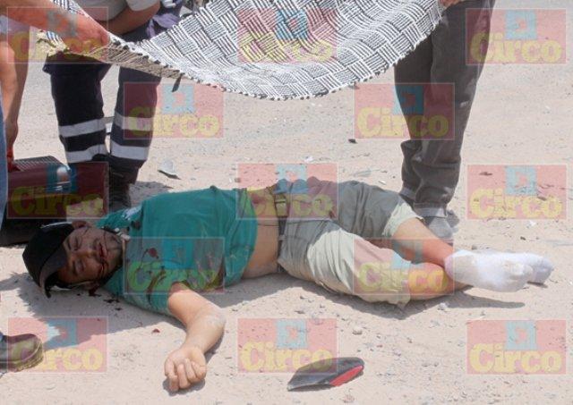 ¡Agoniza motociclista que chocó contra una camioneta en Lagos de Moreno!