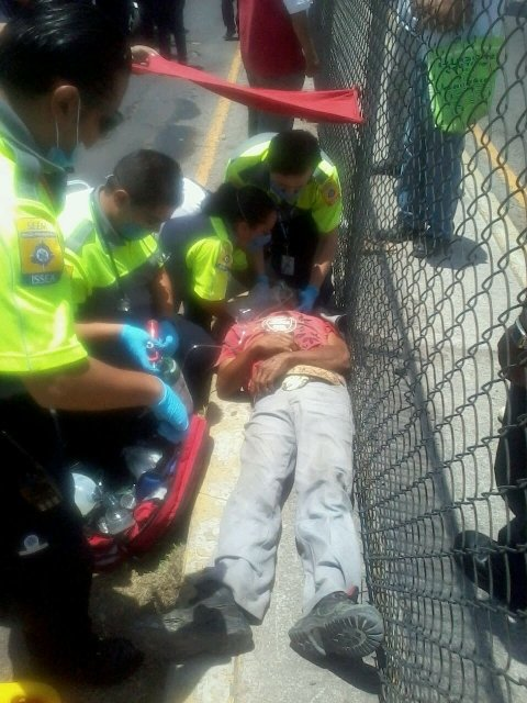 FOTOGALERIA/ Agoniza desconocido atropellado por veloz auto en Aguascalientes