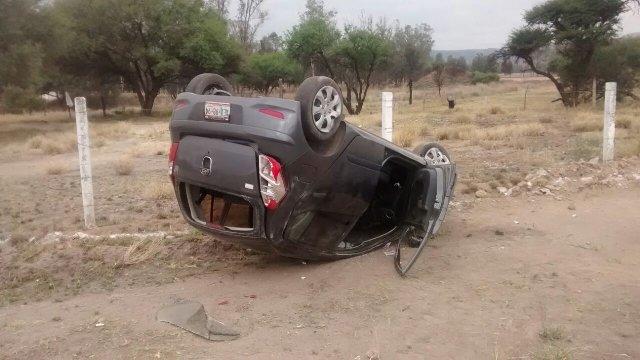 Estudiante universitaria volcó su automóvil y resultó lesionada en Aguascalientes