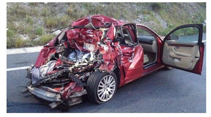 3 aguascalentenses se salvaron de morir tras ser embestido su auto por un tráiler en Monterrey