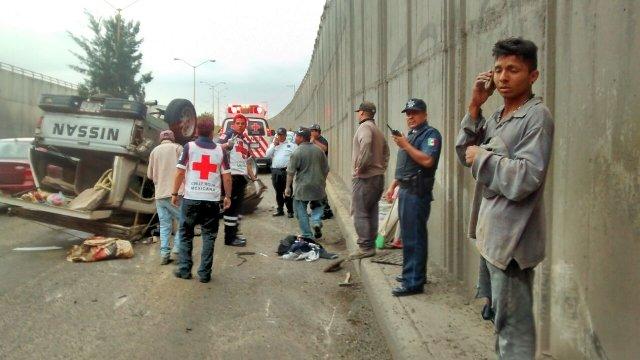 FOTOGALERIA/ Tráiler impactó y volcó una camioneta en Aguascalientes: 4 lesionados