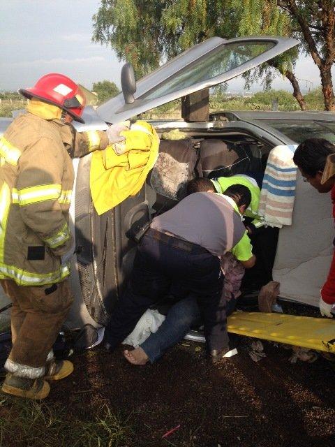 Maestra se volcó en Aguascalientes y resultó lesionada