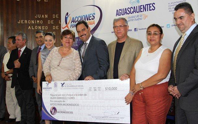 Entregó el alcalde Juan Antonio Martín del Campo nuevos créditos a grupos vulnerables