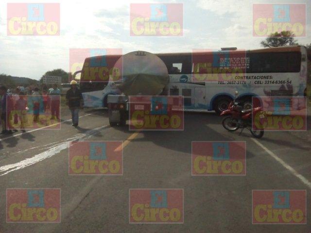 10 lesionados tras chocar un camión de pasajeros y una pipa en San Juan de los Lagos