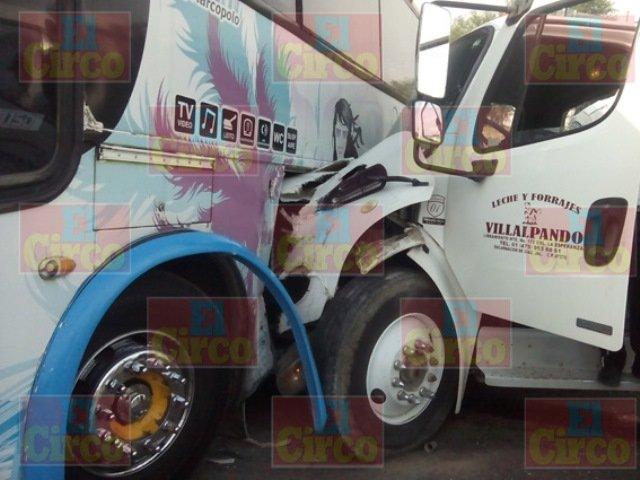 FOTOGALERIA/ 10 lesionados tras chocar un camión de pasajeros y una pipa en San Juan de los Lagos