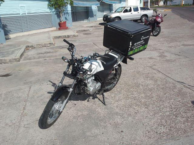 Agoniza joven motociclista que chocó contra un poste de luz en Aguascalientes