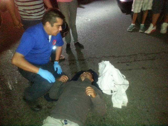 Joven resultó lesionado al estrellar su motocicleta contra una camioneta en Aguascalientes