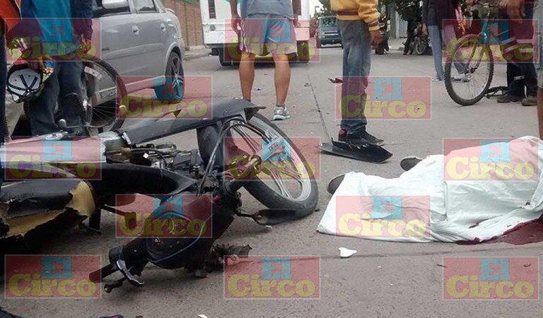 ¡Desigual choque le costó la vida a un motociclista que se impactó en el costado de un camión de pasajeros!
