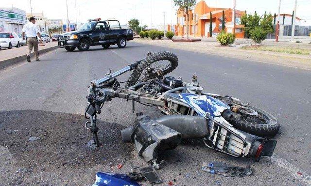 Al borde de la muerte joven motociclista que chocó contra una camioneta en Fresnillo