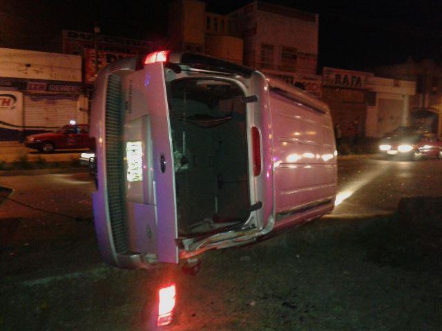 ¡Una mujer murió tras un choque-volcadura entre un auto y una camioneta en Aguascalientes!