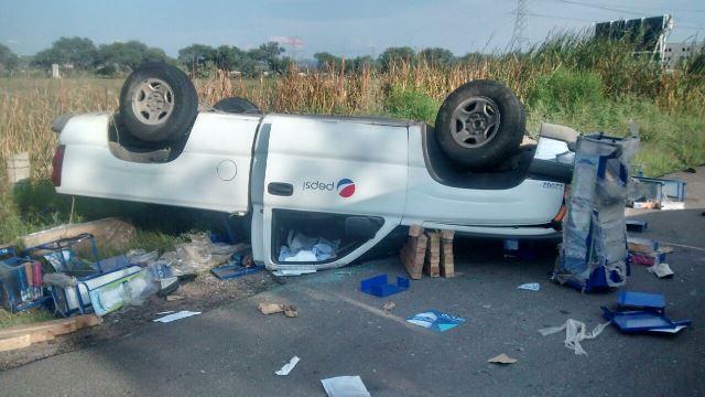 ¡Aparatosa volcadura de una camioneta refresquera dejó saldo de 2 lesionados en Aguascalientes!