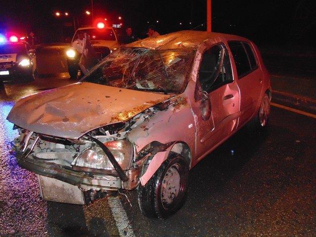 ¡2 jóvenes casi se matan tras volcar un auto en Aguascalientes!