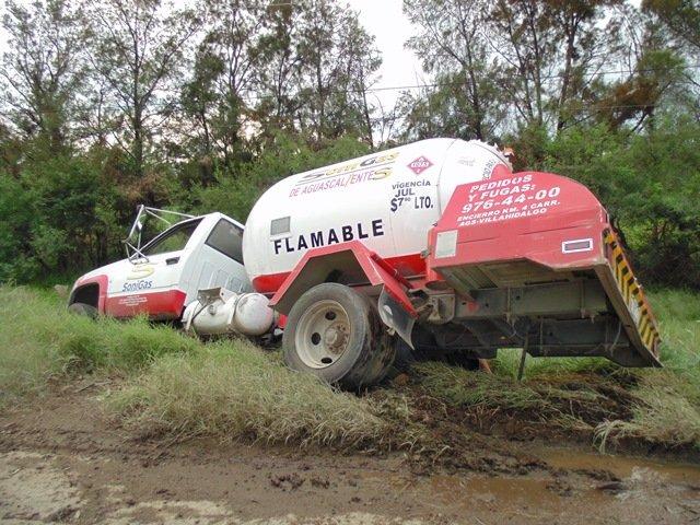 ¡Pipa de gas estuvo a punto de volcarse por una falla mecánica en Aguascalientes!