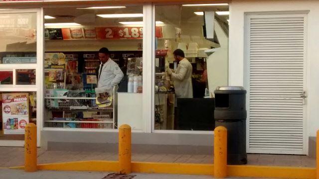 ¡2 pistoleros consumaron violento asalto en una tienda OXXO en Aguascalientes!