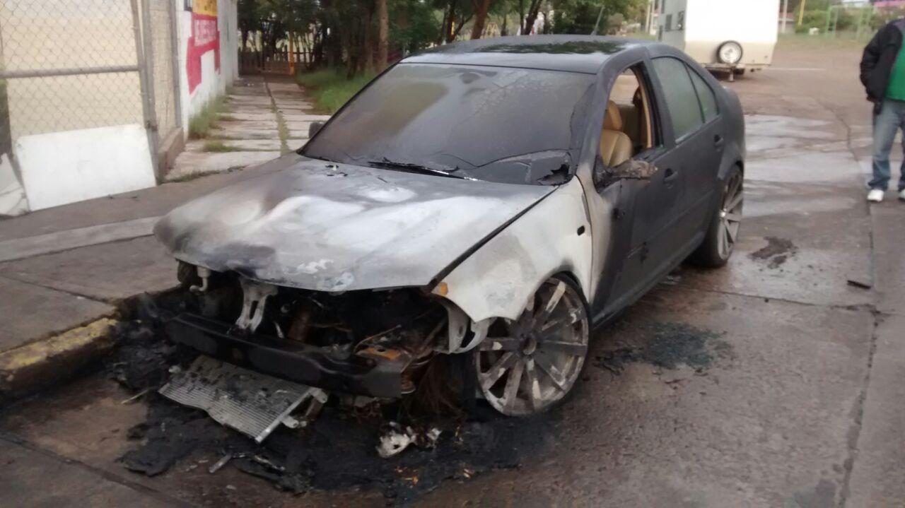 ¡Incendiaron un auto de manera intencional en Aguascalientes!