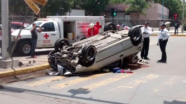 ¡Impresionante choque-volcadura entre 2 autos se registró en Aguascalientes!