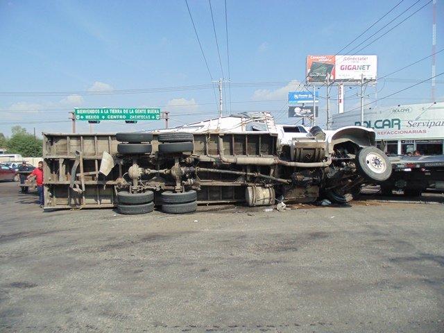 ¡FOTOGALERIA/ Chofer vecino de Lagos de Moreno provocó un choque-volcadura entre un camión de carga, una grúa y un auto en Aguascalientes!