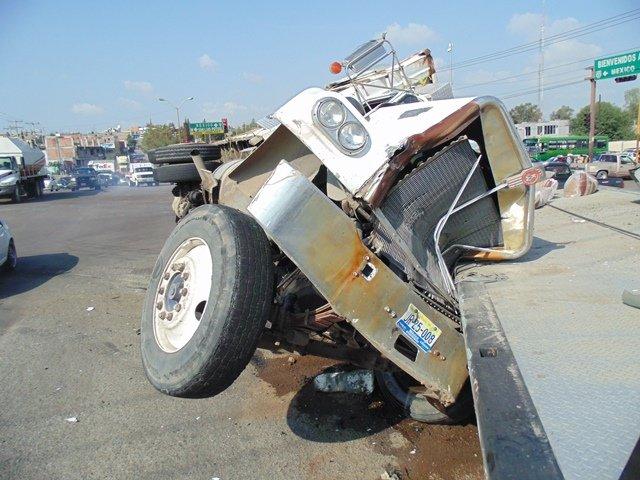 ¡Chofer vecino de Lagos de Moreno provocó un choque-volcadura entre un camión de carga, una grúa y un auto en Aguascalientes!
