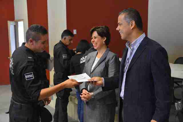 ¡Entregó Antonio Arámbula becas a elementos de Seguridad Pública para continuar su preparación!