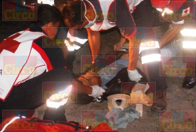 ¡Agoniza motociclista embestido por un auto y proyectado contra una camioneta en Lagos de Moreno!