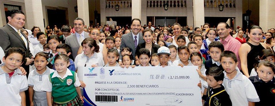 ¡Entregó el MunicipioAgs 2 mil 500 becas de educación básica!