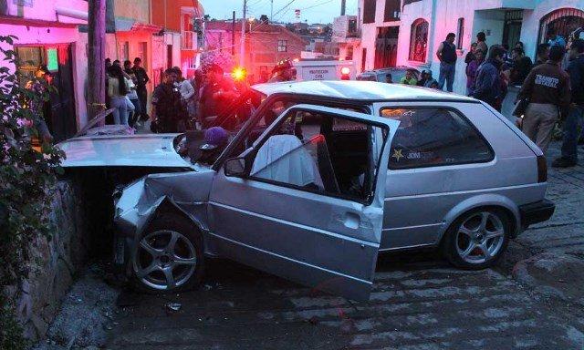 ¡Muere automovilista tras estrellarse contra un muro de piedra por una falla mecánica en Zacatecas!