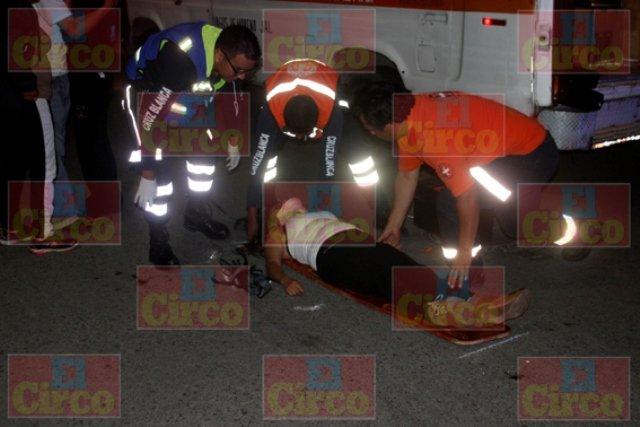 ¡Agoniza una joven que cayó de un auto en movimiento en Lagos de Moreno por ir bailando en el quemacocos!