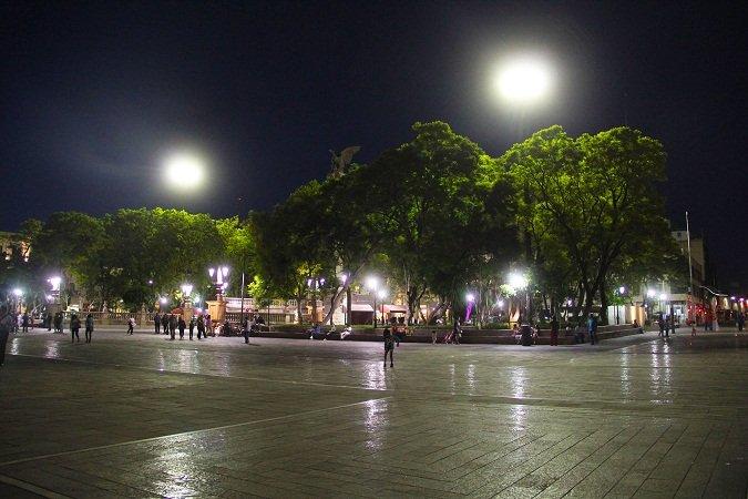 ¡Instala el MunicipioAgs nuevas luminarias en la Plaza Principal!