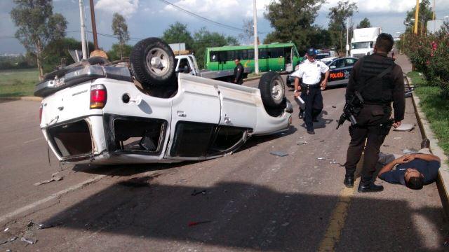 1 lesionado tras un espectacular choque-volcadura entre un urbano y una camioneta