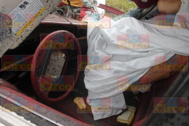 ¡Fatal choque entre un auto y una pipa de PEMEX dejó 1 muerto y 1 lesionado en Lagos de Moreno!