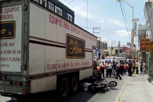 ¡Motociclista murió aplastado por camión de J.M. Romo en Aguascalientes!