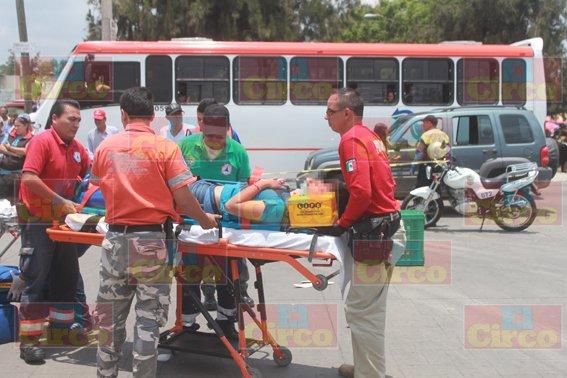 ¡Graves 2 motociclistas embestidos por una patrulla de Tránsito Municipal en Lagos de Moreno!