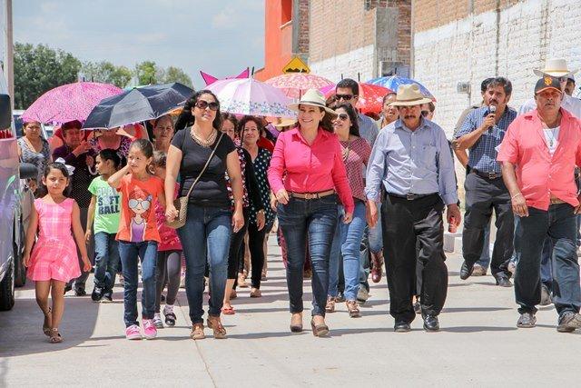 ¡Entrega Margarita Gallegos proyectos de obra pública en comunidades rurales de SFR!