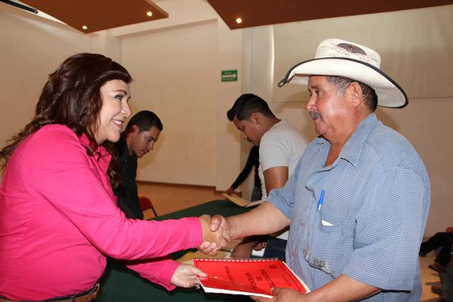 """¡Entregó Margarita Gallegos Soto expedientes a beneficiados del programa """"Tu Casa""""!"""