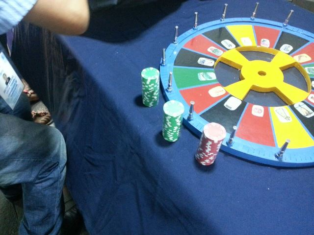 ¡Atraparon a 2 sujetos que operaban un mini-casino en plena Plaza Patria de Aguascalientes!