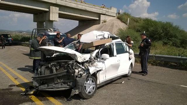 ¡Fuerte choque entre un auto y un camión de carga dejó 1 lesionado en Aguascalientes!