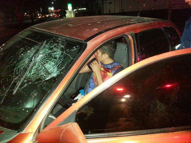¡Alcoholizado joven se estrelló contra dos postes y resultó lastimado en Aguascalientes!