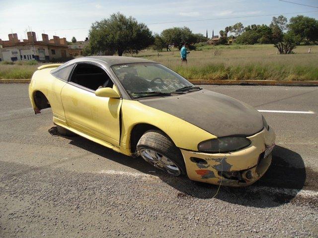¡Adolescente automovilista se salvó de morir tras accidentarse en Aguascalientes!