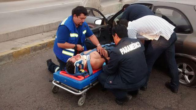 ¡Ebrio joven estrelló su auto contra un puente en Aguascalientes y resultó lesionado!