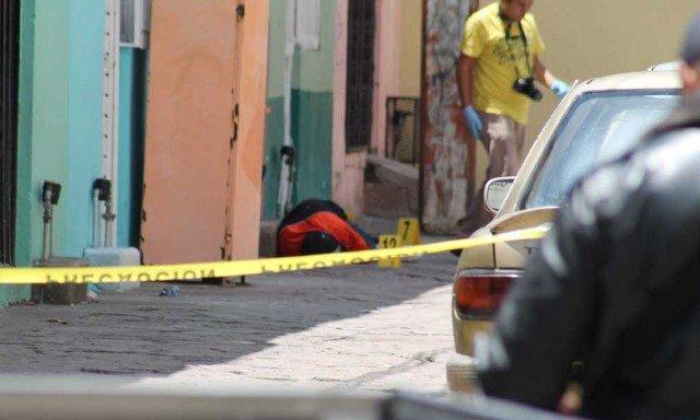 """¡Sicarios """"cazaron"""" y ejecutaron a un hombre afuera de una tienda de abarrotes en Zacatecas!"""