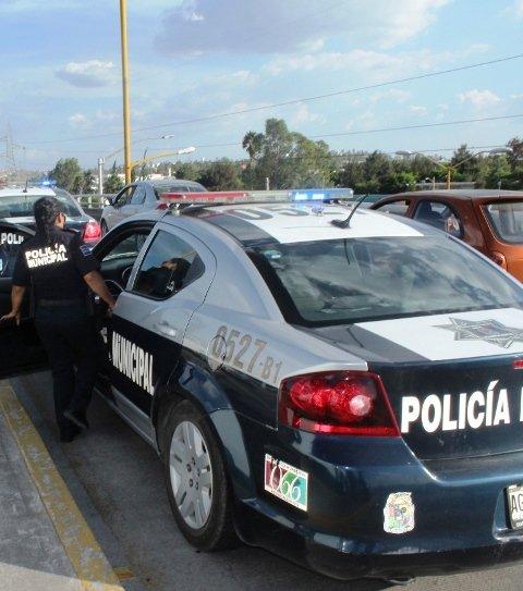 ¡Una mujer quiso lanzarse de un puente en Aguascalientes y policías municipales lo evitaron!