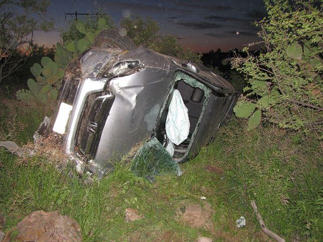 ¡Mujer casi se mata tras volcar su camioneta en la carretera Aguascalientes-Villa Hidalgo!