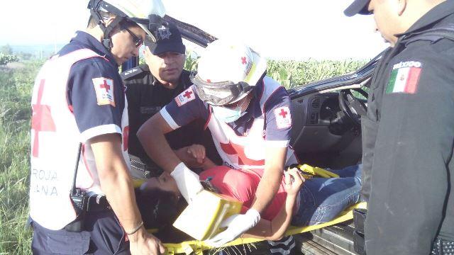 ¡Joven vecina de Jalisco estuvo a punto de matarse en una volcadura en Aguascalientes!