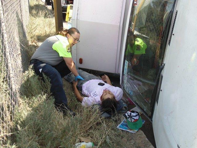 ¡Joven repartidor de agua casi se mata tras volcarse en la 45 Norte!