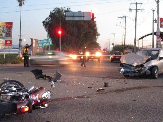 ¡FOTOGALERIA/ Murió motociclista tras colisionar fuertemente contra un auto en Aguascalientes!