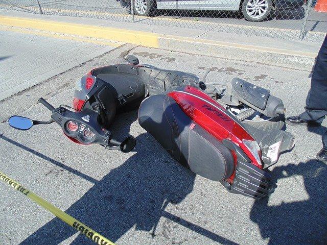 ¡Murió motociclista tras chocar contra el camellón central y un auto en Aguascalientes!