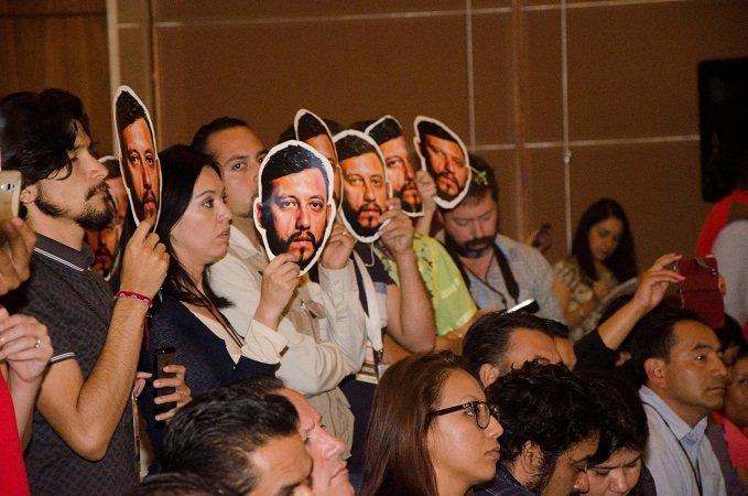 ¡Reporteros de Aguascalientes se ponen máscara de Rubén Espinosa frente a Osorio Chong!