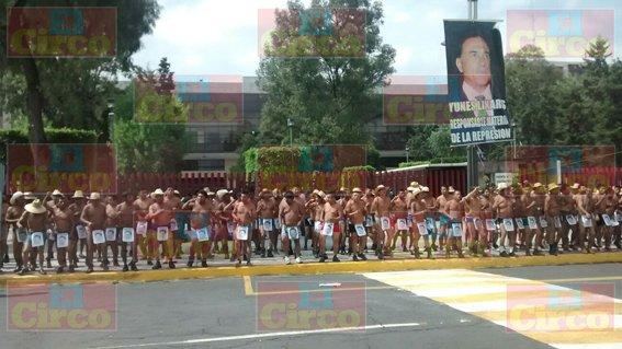 ¡Se manifiesta grupo de semidesnudos en el Congreso de la Unión en contra de Miguel Ángel Yunes!